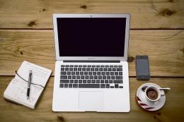 แล็ปท็อป โต๊ะเขียนหนังสือ : ภาพจาก Pixabay
