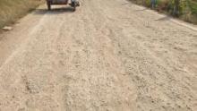 ภาพประทับใจผิวถนนคอนกรีตโบราณของหมู่บ้านที่เป็นเส้นทางผ่านของแม่ค้าเร่อย่างม้าไม้